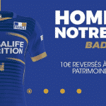Un badge en hommage à Notre-Dame de Paris sur les maillots de l'équipe de France